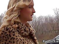 Aufgegriffen in der öffentlichen blonden knallte