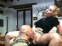 Femme au foyer blondasse reçoit du faire bouffer la motte par un soldat de