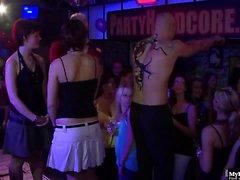 Diese Hardcore-Sex-Party beginnt mit ein paar off ...