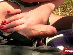 Adolescente morena ao ar livre com gozada