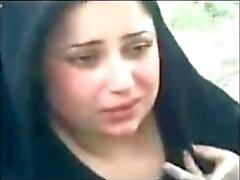 Iraqi застенчивы милого женщины, показывая отщепление млечный