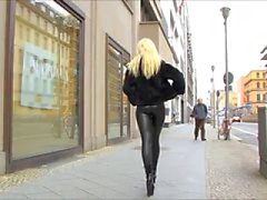 Latex Catsuit in der Straße