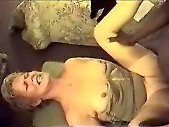 Bionda attraente con suocera che lecca cazzo grande cui è nero ed