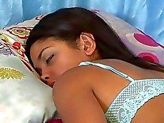 Белый лесби полоски свой темноволосого возлюбленного в то время как Shes спал