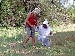 Adult Baby mag seinen Esel von seiner Mama Strap-on streckte draußen