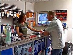 Hot Duitse tiener wordt geneukt in een winkel
