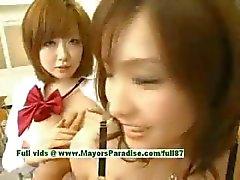 Nao Ayukawa en Rio Hanasaki onschuldige ondeugende Aziatische schoolmeisjes neuken na school