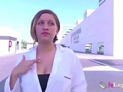 Enfermera recibiendo su dosis diaria de DICK después de salir del hospital