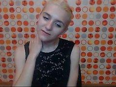 Blondi kusta fetissi tyttö nauttii soolona värinähälytyksellä