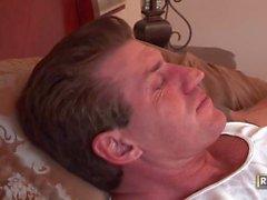 Pequeña perra adolescente es golpeada por un chico maduro tatuado