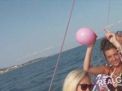 Verkliga tonåringar på yachtfest