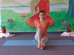 Sehr sexy und niedlich teen doing Yoga