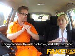 Gefälschte Driving School Posh vollbusige Blondine Prüfer fucks