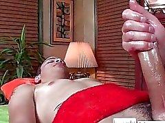 Парень получает Масло на поверхности при массаже с massagevictim