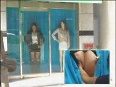 Japansk modell blir körd i fönstret i denna roliga japanska klipp