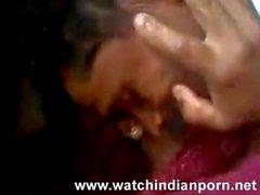 Desi Randi ist ihr Liebhaber küssen und lässt ihn ihre Brüste saugen und lecken - beobachten Indian Porn [via torchbr