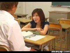 Japanese Lehrerin fickt ihre Studentin