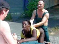 Ebony slet geniet twee lullen en in hun