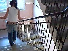Anita pärla lesbisk kvinna Ung Lésbos riva up i en korridor