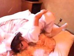 Sensuelle infirmière orientale avec des lunettes fait étalage de son corps et fu