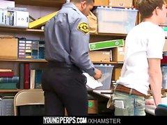 YoungPerps - Крошка магазинный трахается два молл копы