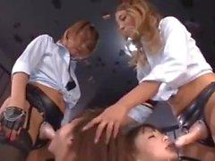 2 prisonniers japonais dominé par les lesbiennes