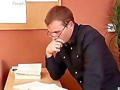 Morenaza rusa consigue un buen azote durante la entrevista de