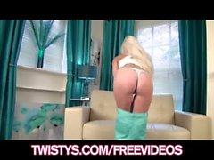 Смазливая блондинка Charlotte Elizabeth показывает свою веселый круглая задница