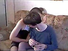 Äldre och unga lesbiska försöker näve och en manlig