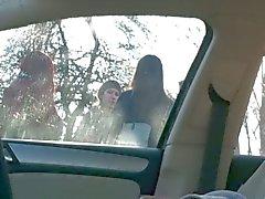 Auto Salama 4 tyttöä bussipysäkillä