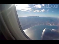Flickvännen suger dick ombord på ett flygplan