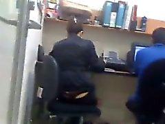 Garota no de escritório com uma da tanga