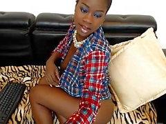 Ebony Jessy пытается скрыть свои большие сиськи и киску уднер-рубашку