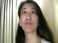 dame Oriental tombe à ses genoux et travaille ses lèvres sur un st