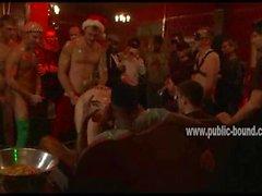 Гомосексуалистам женоподобный мужчина с кожаным leish а цепи трахнули со спины во геев
