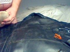 Semen en cosecha de cuero chaqueta de motociclista lleva dos correas sucias