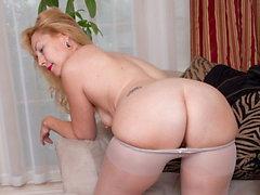 MILF americana Justine le da placer a su coño peludo y nylon