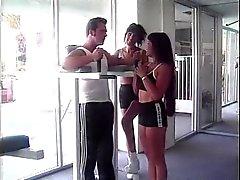 Lesbisk tjej fingrar henne Din väns rumpa då hon rider den trainer för big balle