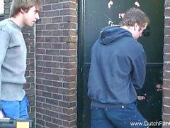 Подросток принимает два Cocks в Холланд