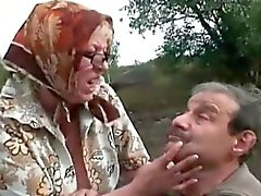 Mature couple avoir amusement dans naturel