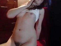 Сексуальная брюнетка с вибратором в натуральном кусте ставит на показ