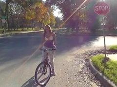 Branlette et fellation de Stranger on Bike Ride