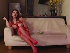 Hot Babe in der roten Wäsche sitzt auf seinem Gesicht und dann tut sechs
