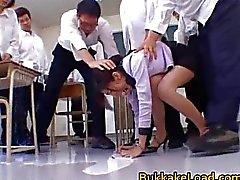 College onderwijzeres Rei Shina houdt