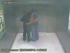 La nonna avere divertimento con l'ascensore