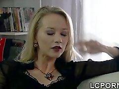 Wunderschönen spanische housewife spreizt die Beine einen Fremden