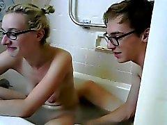 Blonde spielt mit sich selbst in der Badewanne und steigt aus für ihre v