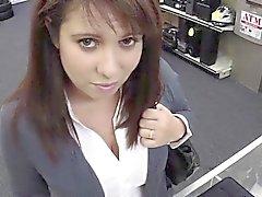 nibards d'immenses brunette montrent des de compétences suceurs