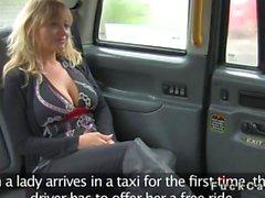 Inmensas senos las explosiones rubio estadounidenses en taxis falso inglés