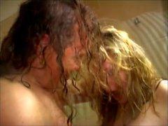 Длинные волосы пара в ванной